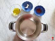 versare gli ingredienti nella pentola