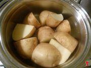 riporre le patate in una pentola con acqua