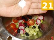 Continuare a preparare l'insalata