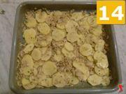 Condire e infornare le patate