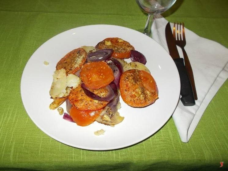 Le patate con i pomodori al forno