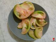 tagliare pomodori a fette