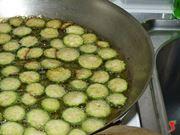 friggo le zucchine in abbondante olio